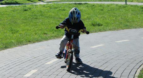 Opoczno: 7-latek uciekł z placu zabaw i pojechał rowerkiem odwiedzić babcię. Młodego cyklistę zatrzymali policjanci